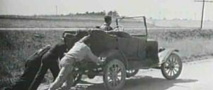 Gammelt foto: Tre mænd skubber gammel bil