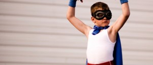 Dreng i superheltkostume
