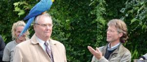 Prins Henrik med papagøje på hovedet