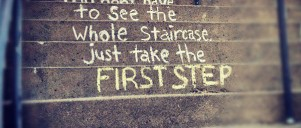 "Skrevet med kridt på trappetrin: ""You don't have to see the whole staircase, just take the first step"""