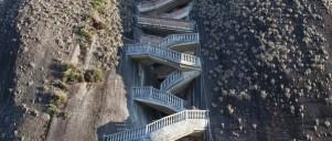 Lang trappe op af bjergside